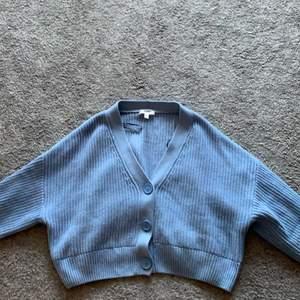 En blå stickad fin kofta från H&M i st M och jag skulle säga att den passar en M. Den är rätt så stor för mig som är en S. Använd fåtal gånger och i bra skick!