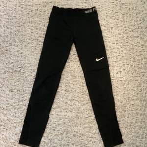 Fina träningsbyxor från Nike i strl xs/s. Byxorna är i nyskick och använda ett fåtal gånger.