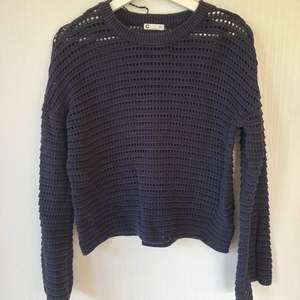 Mörkblå stickad tröja i strl XS från Cubus. Ärmarna är vida och tröjan är i fint skick. Köpare står för frakt