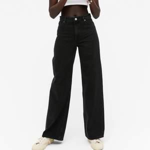 """Jättensygga högmidjade svarta jeans med vida ben i den populära modellen """"Yoko"""" från monki. Originalpris 400kr."""