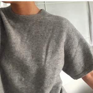 Säljer jättefin stickad tröja, så skön o fin nu till hösten❤️ aldrig använd💕OBS råkade sätta på budgivning av misstag så de gills inte