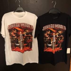 Säljer dessa 4, 21 Savage x Metro Boomin Savage Mode 2 merch. Alla 4 är i storlek M och aldrig använda. Samt har alla 4 print på baksidan som ni ser på 3 bilden :) Skriv gärna om flera bilder, så fixar jag! 150kr st!