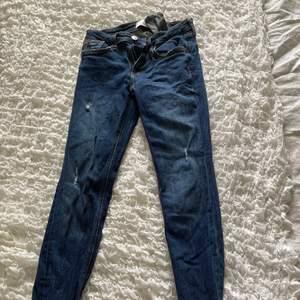 Säljer dessa zara jeans i storlek 34 eftersom dom är alldeles för små. Med rivna ändar. Normal waist 😊