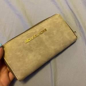 En plånbok, med många korthållare och aldrig använd. Pris kan diskuteras. Du står för frakt