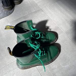 Ett par gröna dr. Martens med gröna skosnören. Säljer då de inte kommer till användning. Har lite repor, men inget som stör mig så mycket iaf. Möts upp i Stockholm.💚