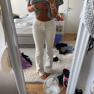 Säljer mina beiga jeans med slits!! Sitter super och är perfekta på mig för är 176👍🏼 Dom ser vita ut på bilden men är beiga!