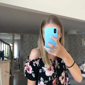 En blommig blus från Kendall and Kylie, köpt i USA för ett par år sedan. Super fin och i bra skick, men kommer ej till användning längre. Banden går att ta av om man vill, köparen står för frakten 💕