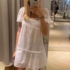 säljer denna supergulliga klänningen som jag köpte två av !! aldrig använd och prislapp sitter kvar. Klänningen är dessutom slutsåld !! Storlek 34. Köparen står för frakten !!  BUDGIVNING VID FLERA INTRESSERADE !! 🤝⚡️💖😗   (lånad bild)