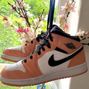 Säljer dessa super fina Jordan 1 Mid Pink Quartz i storlek 38,5. Slutsålda överallt! Skorna är använda ett antal gånger! Men i fint skick. Orginalkartong medföljer. Fraktas dubbelboxat & spårbart på köparens bekostnad. Bud start från 1700kr 🥰