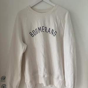 superfin sweatshirt från boomerang i stl M. Sitter snyggt oversized på mig som är xs/S!! 100 kr, 66 kr frakt🌟🌟