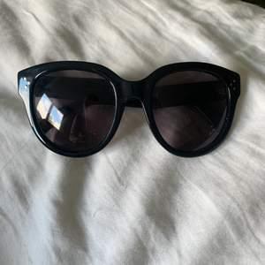 Solglasögon från celine paris, modell Cl 41755 i svart! Solglasögon fodralet och putsduk från celine medföljer. Köpte för 2600kr