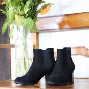 🌼 Svarta boots med mocka imitation. Passformen är bra! 🌼 Har aldrig använt dessa, säljes bara pågrund av att jag vill hitta ett par utan klack. 🌼 Minns ej nypris, men efter att kollat vad liknande boots kostar som nya ligger de runt 499.