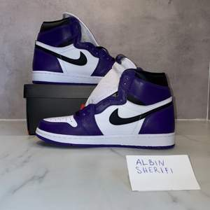 Säljer en sjukt uppskattad och populär modell. Jordan 1 High Court Purple. Svarta och lila snören följer med. Skorna är helt nya och finns i storlek 40,5 och 41. Mitt pris: 3300 + 99kr frakt eller eventuell upphämtning i Lindesberg. Fraktar alltid skyddat och spårbart!