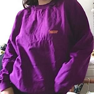 Sweatshirt från United Colours of Benetton, skrynklig nu men i nyskick! Passar skitbra på mig som är en S :)