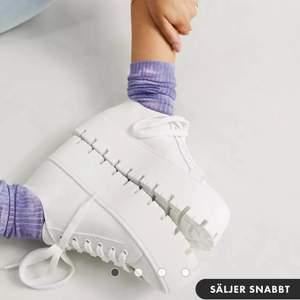 Säljer dessa vita chunky sneakers, helt oanvända och fortfarande inplastade. Säljes pga fick två likadana i present, storlek 41 (andra skor från Asos är mindre i storleken) så borde passa en 40 också. 250 kronor + frakt