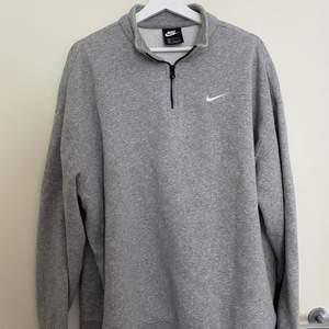 En oversized nike hoodie med zip upptill. Såå snygg att ha till typ vad som helst men säljer pga lite fel storlek för mig 😞😞😞 mycket sparsamt använd och därmed i jättefint skick! Inköpt i april för 629kr.