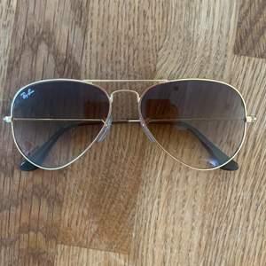 Säljer ett par ray ban solglasögon som jag aldrig använt. I nyskick och inga repor.  Fodral och torkduk ingår. Köparen står för frakten.