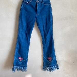 Super snygga flaire jeans med slitningar Och mönster längst ner. Köpte på second hand för 400kr. JÄTTE BRA skick. Näst högsta knappen har lossnat men det syns inte när man bär dem.