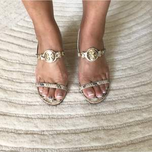 Supersnygga skor från Michael Kors. Skorna är i nyskick då jag aldrig hunnit använda dem. Perfekta till sommaren.