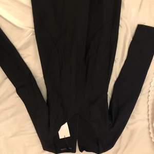 Oanvänd då jag köpte två klänningar till nyår och blev att jag inte lämnade tillbaka denna som jag inte använde. Prislappen är kvar. Möts upp på Södermalm eller fraktar men då står köparen för frakten!