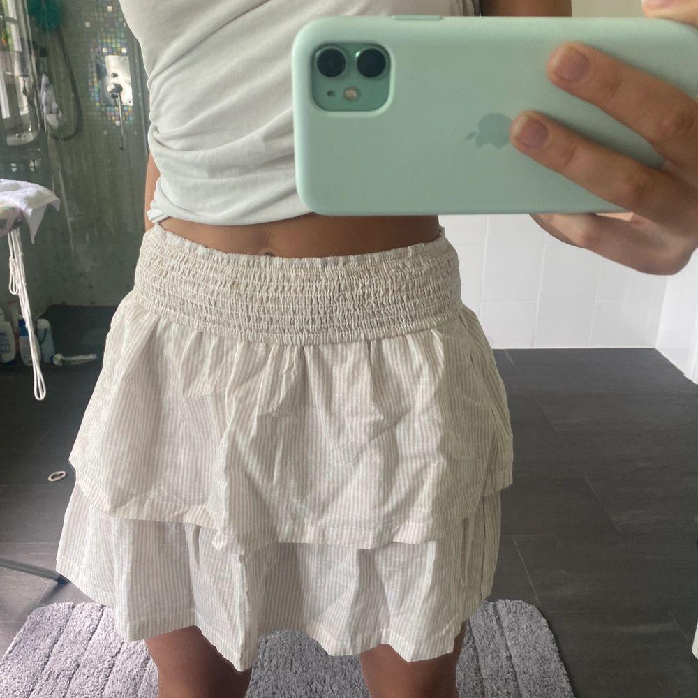 Säljer denna super fina kjol från hm, helt oanvänd och  i nyskick! Kjolen är nedvikt på bilden men det går bra o ha den så också!! I strl S💗. Kjolar.