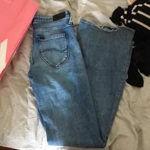 Lågmidjade bootcut jeans i modellen chaffe från Lee som ej sälja längre (typ samma modell som breese(?) fast lågmidjade) strl W 26 L 31, för långa på mig som är 156 därav är dem lite trasiga längst ner och har lite mörkt längst ner. Tyvärr försmå på mig så har nog töjt ut dem till en strl 27. Kom med egna bud