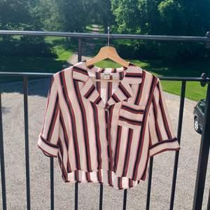 Så fin skjorta från Monki som jag köpte för några år sedan. Helt oanvänd. Snygg att ha knäppt men också fett snygg att ha över ett linne typ. En väldigt liten svart fläck som jag inte har en aning om var den kommer ifrån eftersom den bara hängt i min garderob. Så funderar på om det är ett fabriksfel? Frakt tillkommer på 40!💞💞☀️