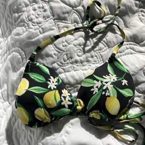 Bikinin är köpt i Italien och är endast använd en gång förra sommaren och har inga tecken på användning. Knyte vid höfterna på underdelen och knyte i rygg och nacke på överdelen. Otroligt skön och passar både om man har kupa a såväl som kupa b (själv har jag kupa b). Jag har även xs men eftersom att det är knyten så passar den lika bra om man har s också! Vadderade kupor men vaddet kan tas ut. Väldigt populär bikini!!! Vid intresse kan mer info och bilder ges❤️