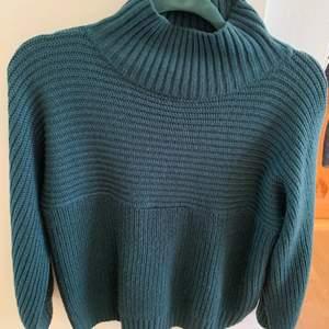 Mörkgrön tjock stickad tröja från monki! Storlek XS men passar större storlekar också. Har en polokrage som går att vika ner. Knappt använd så i väldigt bra skick. Köparen står för frakten!💚