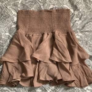 Säljer denna sjukt snygga kjol då den aldrig kommer till användning!       Många ville köpa denna kjol så jag sätter upp en budgivning!