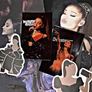 Inkluderar = 2 tour collection cards, 3 st 10cm x 15cm Ariana bilder & random svarta Ariana klistermärken                            I lager = 2 i lager                                                                         Om = Ett jätte fint Ariana Grande set som du kan köpa i present t någon eller bara till dig själv
