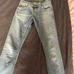 Säljer dessa low waisted Nude jeans!! Är knappast använd och är i bra skick. Säljer endast för bra pris!!