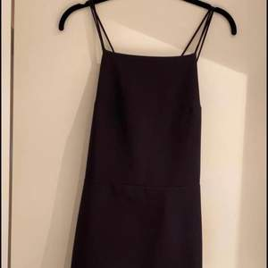 Klänning i fint material med djup urringning i ryggen. Från H&M. Nypris 399. Storlek 38. Använd ett fåtal gånger.