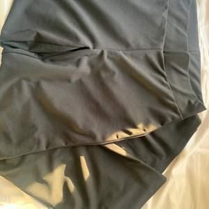 "Helt nya. Svarta, stretchiga kostymbyxor från Nelly. ""Crepe straight pant"". De är raka i modellen. Ny pris 299"
