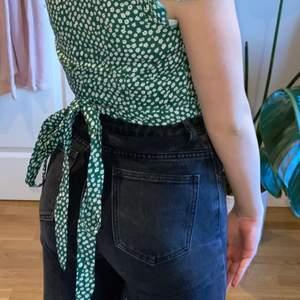 Superfin grön/vit crop top med rosett vid ryggen i storlek XS/S🥰🥰 om flera intresserade blir det budgivning