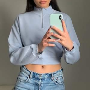 Jättefin ljusblå zip up tröja i storlek XS. Köparen står för frakten som ligger på 65 kr och betalning sker via swish💕