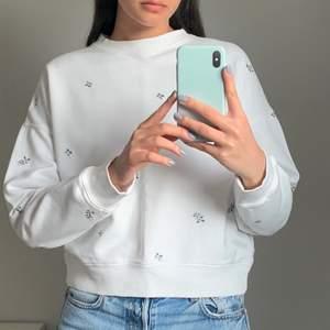 Jättefin vit sweatshirt med broderade blommor. Den är helt oanvänd och i storlek XS. Köparen står för frakten som ligger på 65 kr och betalning sker via swish💕