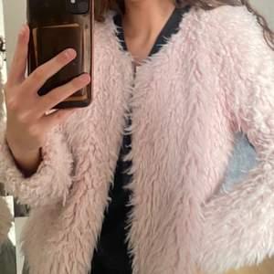 En rosa fluffig jacka som är supersöt!! Storleken är Xs men passar en S också. Kan sänka priset vid snabb affär! Gratis frakt