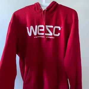 Röd Hoodie från Wesc! Köpt för några år sen, men den är inte sliten🤍 storlek M men passar dom flesta. Frakt tillkommer