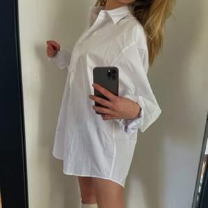 Supersnygg skjortklänning, säljer pga köpt 2 så den är helt oanvänd. Lagon lång och ganska vid vilket är svinsnyggt nu till sommaren!!