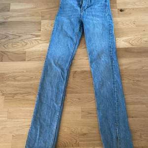 Säljer dessa jeans från zara. Dom är i bra skick förutom på ena kanten är den lite nertrampad men inget man tänker på. Köparen står för frakt.