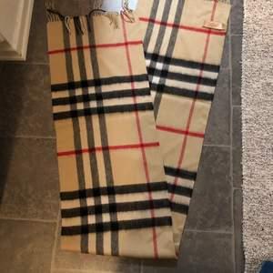 Säljs den finna burberry halsduk inköpt på auktion aldrig använt