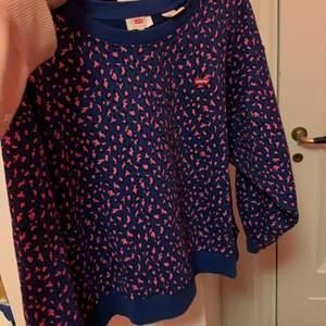 Säljer denna sjukt unika tröjan från Levis då jag tyvärr vuxit ur sen. Har kanske anv 4-5 gånger. Så den är i väldigt bra skick. Dm för intresse.