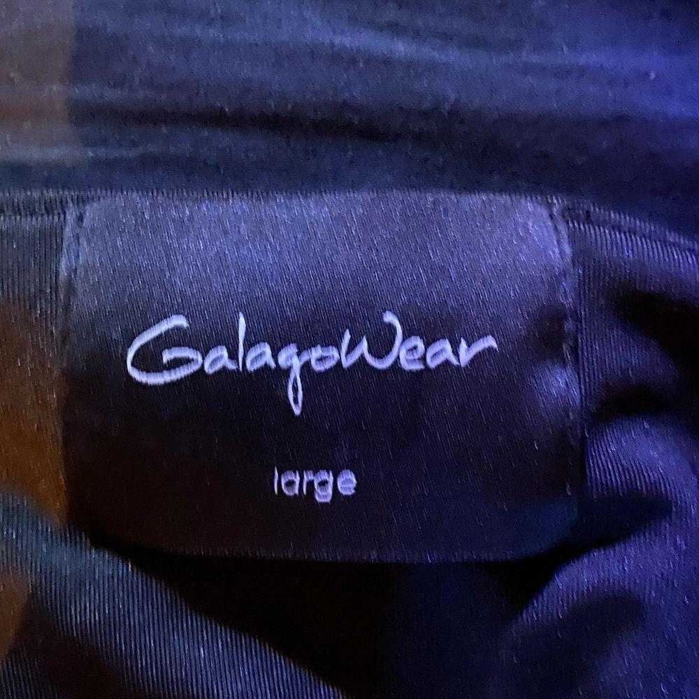 använt bara 2/3 ggr då den är för stor. i jättebra skick och luftig. 80kr + frakt. strl L men passar från L- XL. Skjortor.