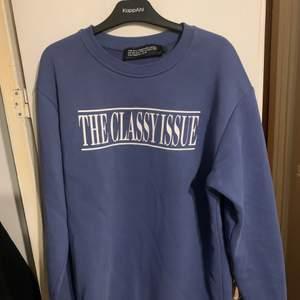 Supersnygg sweatshirt från NA-KDs kollektion med The Classy Issue. Tröjan är storlek S men oversized så passar större storlek beroende på önskad passform. Köpt på Tise men knappt använd så är i toppenskick, frakt tillkommer!