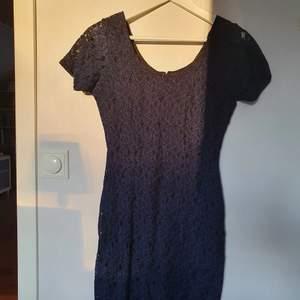 Säljer denna helt oanvända klänning från Bon' a parte. Blommigt tyg och dold dragkedja i ryggen. Storlek 34.