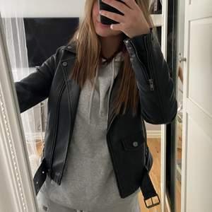 Säljer denna skinnjacka jag köpte på Plick. Jackan kommer från bikbok och lik zara jackan i modellen. Står att den är i XS men passar mig perfekt som vanligtvis är S. Kan definitivt ha tjockare tröjor under utan att det är för tajt!                  Spårbar frakt tillkommer på 66 kr. 💓