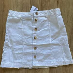 Helt ny kjol från H&M storlek 40 men skulle mer säga att det är en 38. Endast prövad. Vid snabb affär bjuder jag på frakten 🌻