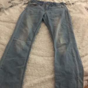 Ett par superfina ljusblåa bootcut jeans! Storlek 152 och är i bra skick!💕 om ni vill ha fler bilder är det bara att skriva! Köpare står för frakt!