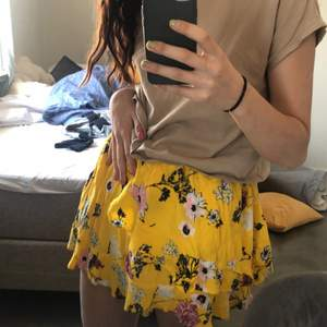 hej! jag säljer denna somriga volang kjolen från Desires, då jag inte använder den längre! den är i en storlek XS men jag skulle säga att den passar XS-M🌸 jag lägger upp den för 150kr om det blir högt tryck så kör vi bud😜⚡️⚡️⚡️